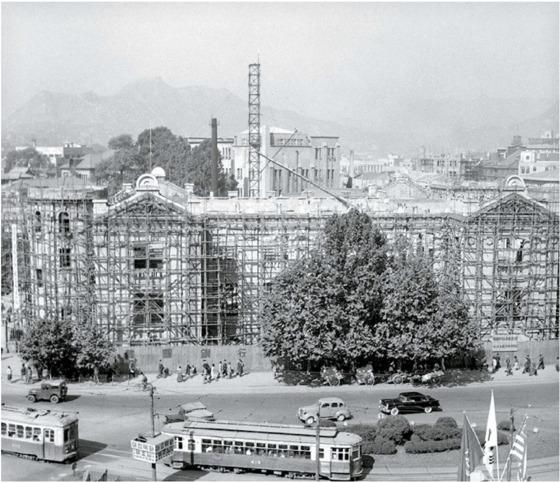 한국전쟁으로 크게 손상된 당시 한국은행 본점 건물(현재 화폐박물관)을 복구하는 공사가 1954년 시작됐다. 김진형 총재는 전후 신입행원을 크게 늘리는 등 적극적으로 한은 조직개편에 나섰다. [중앙포토]