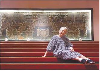 원산대반점(그랜드 호텔 타이베이) 레드카펫이 깔린 계단에 걸터앉은 천추샤.