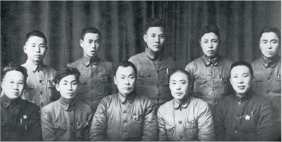 신4군 설립 초기, 당 서기 샹잉(앞줄 오른쪽 둘째)과 부서기 천이(앞줄 오른쪽 셋째). 앞줄 왼쪽 둘째는 1950년대 말 진먼다오(金門島) 포격을 지휘한 예페이(葉飛). [사진 김명호 제공]