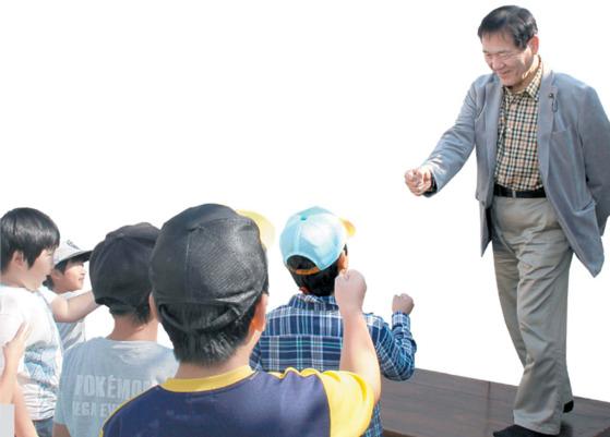 어린이들과 가위바위보 게임을 하는 이노우에 오이타현 의회 의장.