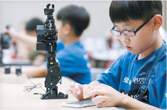 난 7월 30일 과천 국립과학관에서 여름캠프에 참가한 어린이들이 직접 조립한 로봇을 스마트폰으로 조종해보고 있다. [중앙포토]