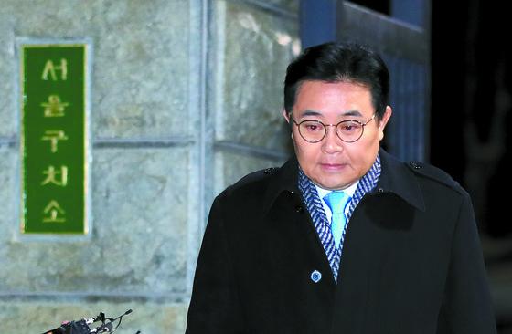 전병헌 전 정무수석이 구속영장 기각 직후인 25일 오전 서울구치소를 나서고 있다. [연합뉴스]