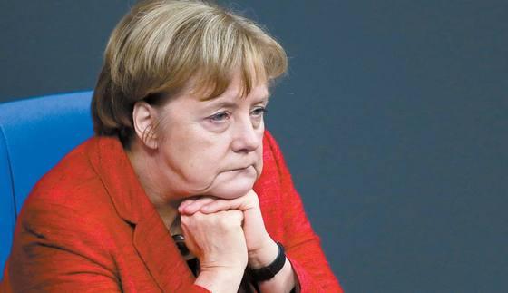 독일 연정 협상이 결렬된 지 이틀 후인 지난 21일 하원 본회의에 참석한 앙겔라 메르켈 총리가 심각한 표정을 짓고 있다. [AP=연합뉴스]