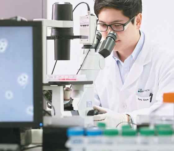 셀트리온의 인천 송도 연구소에서 한 연구원이 신약 관련 실험을 하고 있다. 셀트리온은 국내 1호 항체 바이오시밀러 '램시마'를 보유하고 있다. [사진 셀트리온]