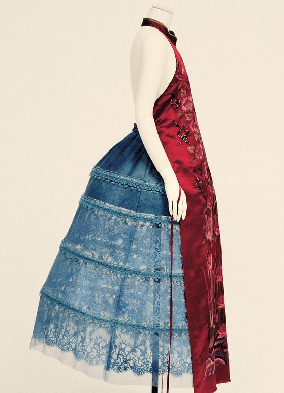 진태옥 디자이너가 조선시대 혼례복인 활옷에서 영감을 받아 현대적으로 변용한 드레스와 치마