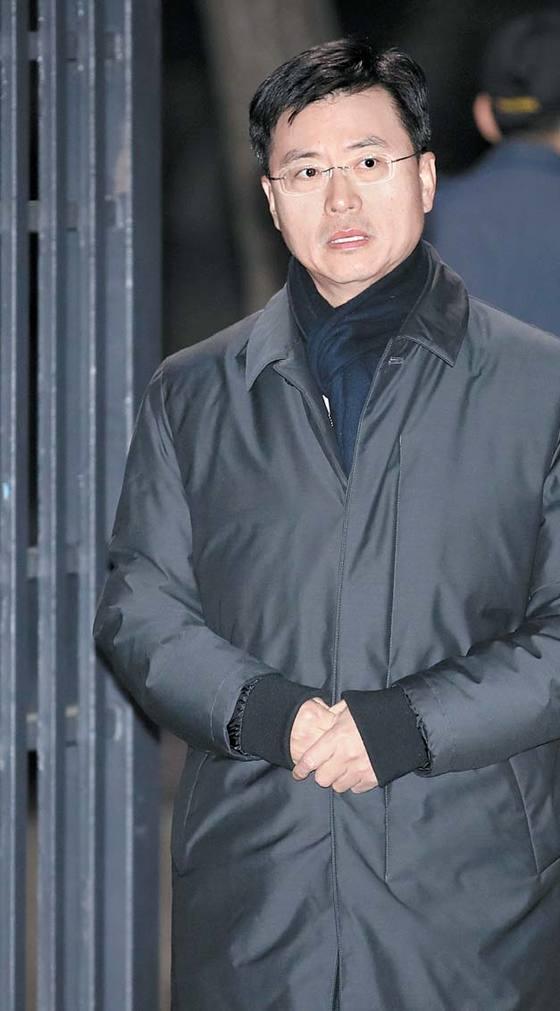 서울중앙지법은 2일 최윤수 전 국가정보원 2차장에 대한 구속영장 청구를 기각했다. 최 전차장이 경기도 의왕에 있는 서울 구치소를 나서고 있다. [연합뉴스]