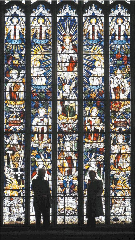 영국 스태퍼드셔주에 있는 리치필드 대성당의 스테인드글라스. 다양한 색상의 작은 유리조각들을 밀랍으로 연결해 유리창을 만든 것이 스테인드글라스다. [AP=연합뉴스]