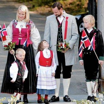 노르웨이 호콘 왕세자 가족. 맨 오른쪽은 왕세자빈이 전 남자친구 사이에서 얻은 아들 마리우스. 왕위 계승권은 없지만 왕실의 당당한 일원으로 인정 받는다.