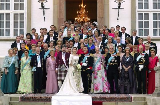 덴마크 왕실 2004년 5월 결혼식 기념 사진. 프라데리크 왕세자와 호주 출신 메리의 결혼식이다.