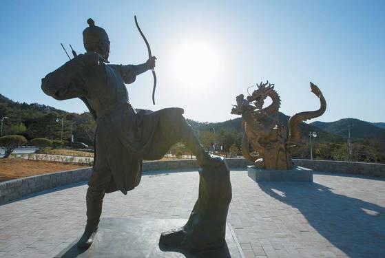 가족문학관 인근 조각 공원의 동상. 하늘로 오르려 싸우는 두 마리의 용 이야기인 고흥 영남면의 '용바위 전설'을 표현했다.