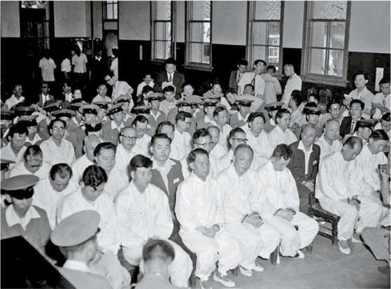 1960년 7월 5일 열린 3·15부정선거 관련 첫 공판. 부정선거 자금조달 혐의로 구속된 송인상 재무장관(흰옷을 입은 피고인들 가운데 앞줄 오른쪽 둘째), 김진형 한국은행 총재(넷째 줄 맨 왼쪽)등이 보인다.