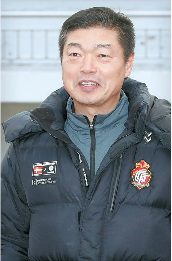 경남 함안 공설운동장에서 선수들의 훈련을 지켜보는 김종부 감독의 얼굴에는 여유 있는 웃음이 넘쳤다. 함안=송봉근 기자, [중앙포토]