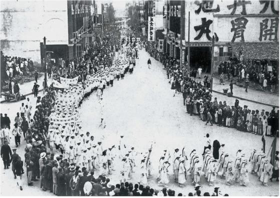 사창(私娼) 페지를 주장하는 여학생 시위. 1924년 가을 광둥성 광저우. [사진 김명호 제공]