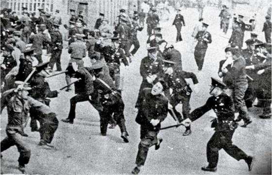 4·19 혁명 당시 경찰이 시위대를 진압하고 있다. 4월 19일부터는 교수와 직장인까지 시위에 참여했다.