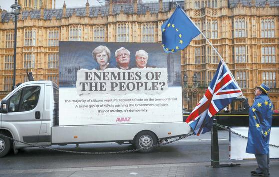 지난 13일 영국 런던 의회의사당 앞에서 국기 유니언잭과 유럽연합(EU)기를 든 시민이 브렉시트 반대 시위를 벌이고 있다. [로이터=연합뉴스]