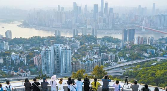 중국 4대 직할시 가운데 하나인 충칭은 내륙 지역에 있다는 점에서 '중국의 시카고'를 꿈꾸는 도시다. 4000만 명이 거주하는 대도시로서 커피 선물거래소를 세우는 등 중국의 시장 경제를 선도하고 있다. [신화=연합뉴스]