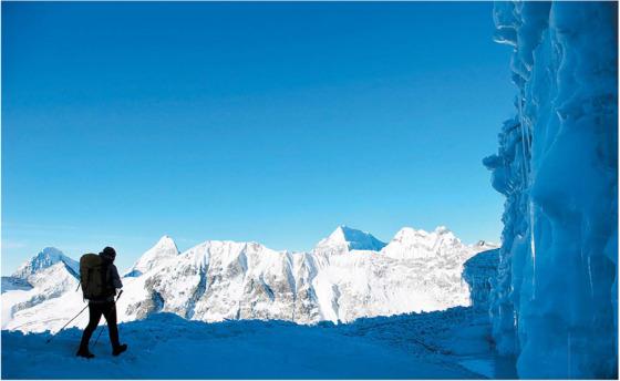 세락 지대를 통과해 해발 5845m의 암푸랍차라 정상을 향하는 모습.