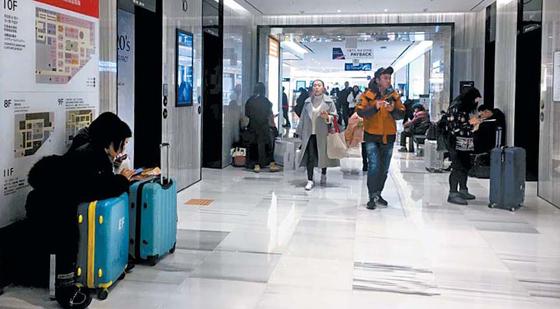 4일 서울 회현동 신세계면세점 안은 중국 보따리 상인 따이공으로 북적인다.