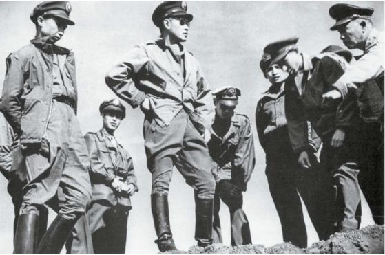 국공전쟁 초기 동북을 시찰, 방어시설 둘러보는 쑨리런(앞줄 왼쪽 둘째). 1947년 봄, 창춘(長春).