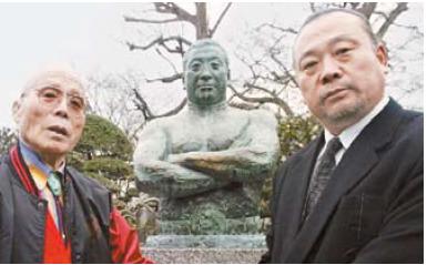 운명하기 1년 전인 2005년 도쿄 인근 역도산 묘소 앞에 선 김일(왼쪽)과 이왕표. [사진 이왕표]