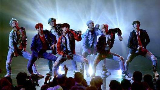 방탄소년단(BTS)이 지난해 11월 19일(현지시간) 미국 아메리칸 뮤직 어워드(AMA) 무대에 올라 'DNA' 공연을 펼쳤다. K팝 그룹 중 최초다. 이날 방송 직후 BTS는 구글 트렌드 검색 순위 1위를 차지했다. 왼쪽부터 RM(BTS 리더), 제이홉, 뷔, 정국, 슈가, 지민, 진. [게티이미지코리아]