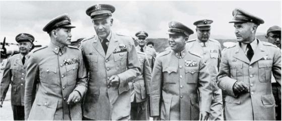 6·25전쟁 발발 후 대만과 미국은 중미공동방위조약을 체결, 더 밀접해졌다. 쑨리런 몰락 1년 전인 1954년 봄, 대만을 방문한 주한 미8군 사령관 테일러(앞줄 왼쪽 둘째)를 영접하는 쑨리런(앞줄 왼쪽첫째). 앞줄 오른쪽 첫째는 미 군사 고문단 단장 체스, 그 옆은 쑨리런이 경례하기 싫어했던 총참모장 펑멍지(彭孟緝).