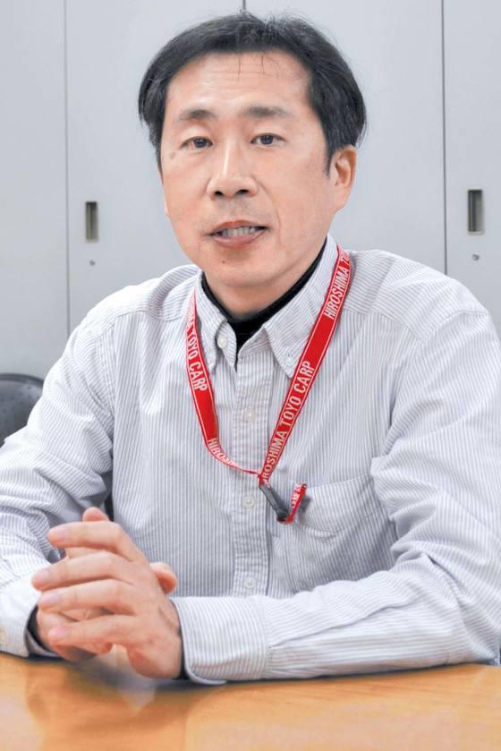 """하코다 데쓰야 일본 아사히신문 한반도 담당 논설위원. 2015년 12월 한·일 위안부 합의 다음 날 1면 칼럼(오른쪽 작은 사진)을 썼던 하코다 위원은 13일 인터뷰에서 '가장 걱정스러운 것은 정치색이 거의 없는 일본 시민들의 관심이 한국에서 떠나는 것""""이라고 말했다. [사진 하코다 데쓰야]"""