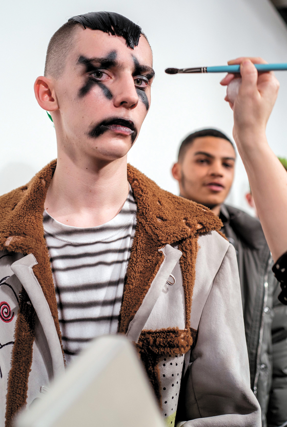 6일 열린 런던 남성컬렉션의 '리암홋지스' 패션쇼에서 과장된 분장을 한 모델
