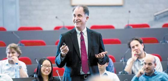데이비드 여맥 뉴욕대(NYU) 스턴경영대학원 교수는 2014년 세계 주요 대학 가운데 처음으로 암호화폐와 블록체인 강의를 개설했다. 사진은 네덜란드 에라스뮈스대에서 특강을 하는 모습. [사진 에라스뮈스대]