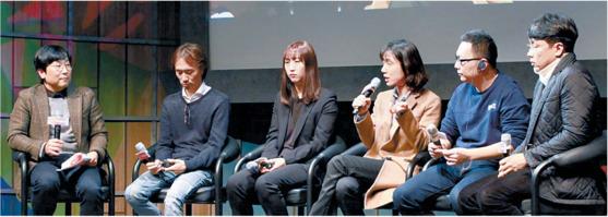 지난해 12월 서울 서 열린 세계웹툰포럼 현장의 모습. 카카오재팬의 김재용(사진 왼쪽 둘째) 대표와 차하나(왼쪽 셋째) 라인웹툰 태국·인도네시아 리더 등 웹툰계 관계자들이 모여 의견을 나눴다. [사진 박인하]