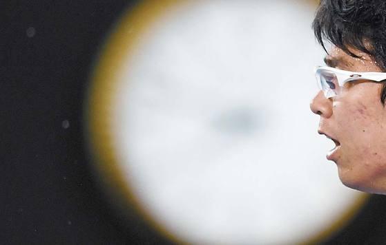 지난 26일 맬버른에서 열린 호주오픈 테니스 남자 단식 준결승전에서 '테니스 황제' 로저 페더러를 맞아 경기에 집중하고 있는 정현. [EPA=연합뉴스]