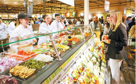 콜린 웨그먼 수석 부사장(오른쪽)이 웨그먼스푸드마켓 매장에서 직원들의 의견을 듣고 있다. 웨그먼스는 직원에 대한 배려를 바탕으로 지난해 미국에서 일하고 싶은 기업 2위로 선정됐다. [사진 웨그먼스]
