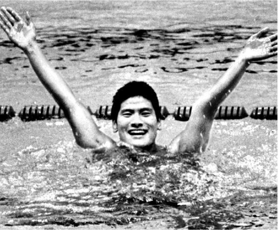 조오련은 체계적인 영법 지도를 받지 못했지만 상상을 초월하는 훈련량과 강한 근성으로 장거리에서 독보적인 실력을 발휘했다. 1974년 테헤란 아시안게임 자유형 1500m에서 우승한 뒤 환호하는 조오련. [중앙포토, 사진 조성웅]