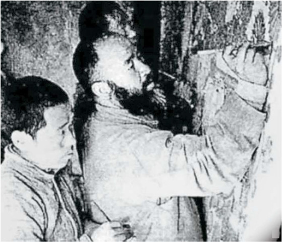 돈황 벽화를 임모하는 장다첸. 1942년 가을, 돈황 막고굴.
