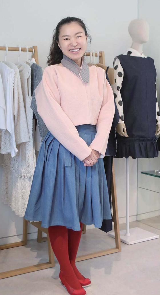 이노주단의 오인경 대표. 직접 디자인 한 배냇저고리를 응용한 상의와 한복 스타일의 주름 치마를 입었다.