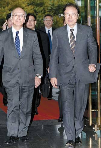 일본 외무성 사무차관을 지낸 야치 쇼타로 일본 국가안전보장회의(NSC) 국장(오른쪽). [중앙포토]