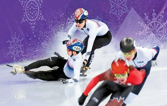 아뿔싸, 미끄러진 금 17일 강릉 아이스아레나에서 열린 평창 겨울올림픽 남자 쇼트트랙 1000m 결승전에서 샤오린 리우(헝가리)가 먼저 넘어지면서 임효준과 서이라(1번)가 함께 쓰러지고 있다. 서이라가 동메달을 차지했다. 1위는 사무엘 지라드(캐나다·맨 앞), 2위는 존 헨리 크루거(미국). 오종택 기자