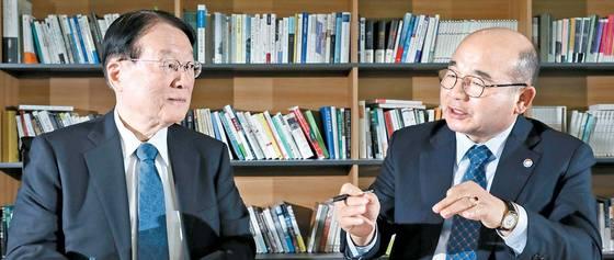 22일 중앙SUNDAY에서 정승조 전 합참의장(오른쪽)과 모리모토 사토시(森本敏) 전 일본 방위상이 한반도 정세에 대해 의견을 나누고 있다. 김경빈 기자