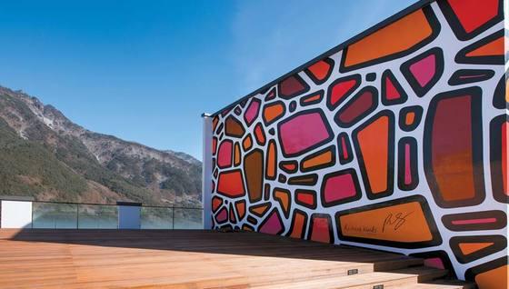 파크로쉬 루프톱 건물 외벽에 설치된 리처드 우즈의 작품. 강원도의 돌을 형상화했다.