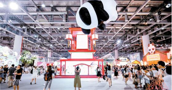 알리바바는 온라인 유통 플랫폼을 구축해 중국 최대의 전자상거래 기업으로 발돋움했다. 알리바바의 오픈마켓인 타오바오가 지난해 7월 항저우에서 연 우수 입점업체 페스티벌 모습. [사진 알리바바]