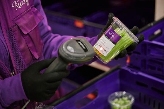 서울 송파구 장지동에 위치한 마켓컬리 물류센터에서 직원이 당일날 입고된 샐러리를 입력하고 있다. 마켓컬리는 채소 제품을 산지에서 수확한지 17시간 안에 고객에게 배송한다. [사진 마켓컬리]