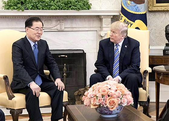 8일(현지시간)에는 미국 워싱턴 백악관 오벌오피스에서 도널드 트럼프 대통령을 만나 방북 성과에 관해 설명했다. [연합뉴스]