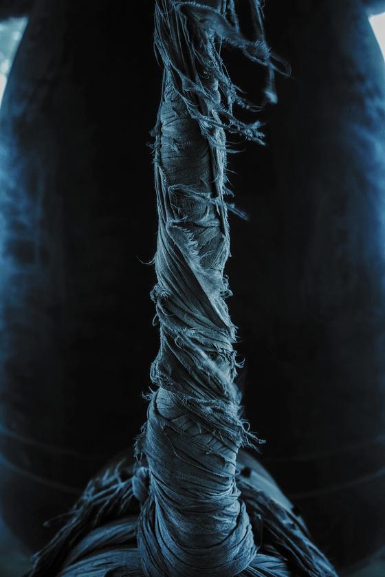 충남 서산 부석사 종 앞에 걸려있는 당목의 끈을 찍은 '일승의 끈'(2016). 다 해지고 튿어졌어도 사력을 다해 당목을 지탱하고 있다. 사진 정명식