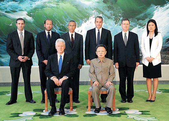 2000년 말 방북을 추진하다 포기한 빌 클린턴 전 미국 대통령(앞줄 왼쪽)이 2009년 8월 납북된 미 여기자 2명 석방을 위해 평양을 방문한 뒤 김정일 국방위원장과 기념 촬영을 하고 있다. [연합뉴스]