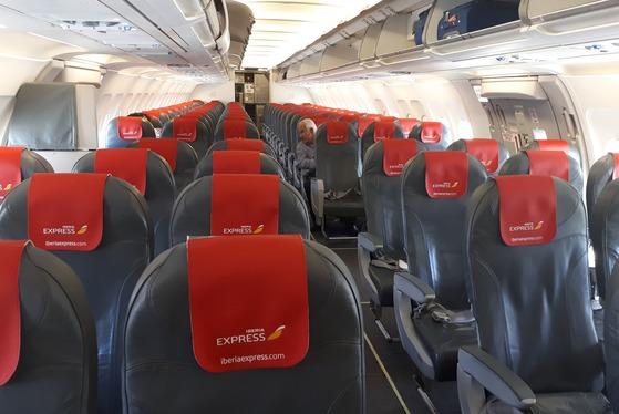 저비용항공은 항공료 자체는 저렴하지만 위탁 수하물, 기내식 등에 추가 비용이 붙는다. 좌석 간격도 비좁은 편이다.