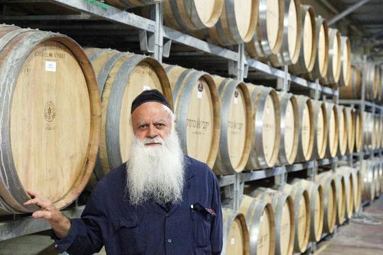이스라엘 와인의 90%는 유대교 율법에 따라 만든 코셔(Kosher)와인이다. 유대교를 믿는 남성만이 와인 오크통을 관리할 수 있다. 이도교는 오크통을 만질 수도 없다.