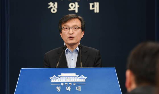 청와대 김의겸 대변인이 12일 오후 춘추관 브리핑룸에서 김기식 금융감독원장 외유성 해외출장 의혹과 관련해 발표하고 있다.
