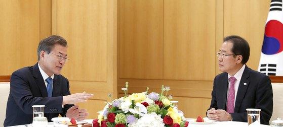 문재인 대통령과 홍준표 자유한국당 대표가 13일 오후 청와대에서 만나 남북 정상회담 등 외교·안보 분야, 김기식 금융감독원장을 둘러싼 논란 등 국정 현안에 대해 의견을 나누었다. [뉴스1]