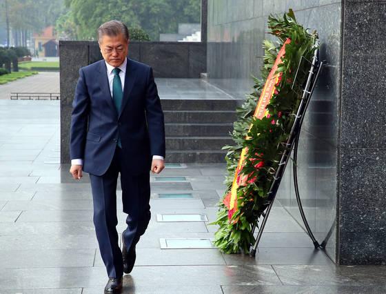 베트남을 국빈 방문 중인 문재인 대통령이 3월 23일 베트남 하노이에 위치한 호찌민 전 국가주석의 묘소를 방문, 참배하고 있다. [청와대사진기자단]