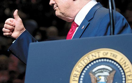 도널드 트럼프 미국 대통령이 10일(현지시간) 인디애나주 엘크하트에서 열린 공화당 집회에 참석해 연설하면서 엄지손가락을 치켜들고 있다. [AFP=연합뉴스]